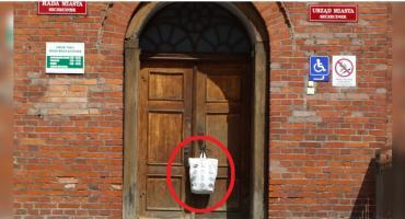 Tajemnicza reklamówka na drzwiach szczecineckiego ratusza. Co w niej było?