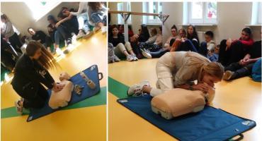 Uczniowie z I LO przygotowują się do próby bicia rekordu w jednoczesnym prowadzeniu resuscytacji krążeniowo-oddechowej