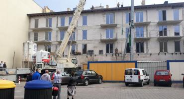 Ciężki sprzęt budowlany rozjechał podwórko. Jest wyrok sądu, ale ciężarówki nadal kursują