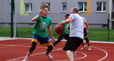 Sportowe emocje na Połczyńskiej. Rozegrano Turniej Koszykówki Ulicznej