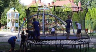 Cięcie trampoliny nożyczkami trwa w najlepsze. To już zabawa grupowa