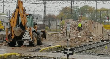 Upadek trudno zatrzymać. Wyburzanie budynków na dworcu PKP w Szczecinku, ciąg dalszy