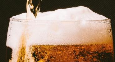 W Szczecinku pili piwo i oddawali mocz... pod okiem kamery