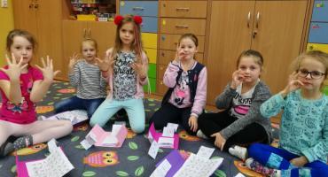 """""""Miganie"""" nie jest takie trudne. Języka migowego uczą się dzieci w SP5"""