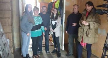 Młodzi ludzie pomagają bezdomnym i proszą o pomoc