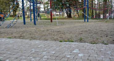 Dzieci bawią się wśród ptasich odchodów