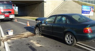 Zderzenie obok wiaduktu autostrady. Kobieta trafiła do szpitala
