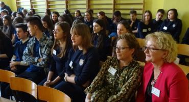 Nauczyciele umawiają się z historiami uczniów