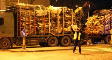 Ciężarówka z drewnem blokuje wjazd na rondo [FOTO]