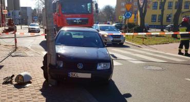 Łomża: Volkswagen uderzył w latarnię przy Placu Niepodległości [FOTO]