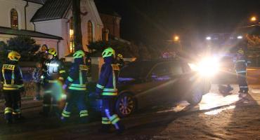 Nowogród: BMW zapaliło się pod kościołem [FOTO]