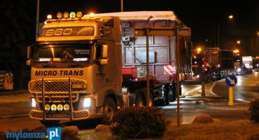 Nocny transport ponadgabarytowy do MPEC. Wielki kocioł na biomasę dotarł do Łomży [VIDEO i FOTO]