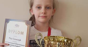 Łomża: Młoda szachistka z pucharem [FOTO]