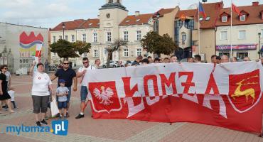 """Godzina """"W"""" w Łomży. Kwiaty, syreny i kilkadziesiąt osób na Starym Rynku [VIDEO i FOTO]"""