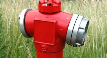 Łomża: Uruchomiono instalację chlorowania sieci. Prezerwatywy i resztki jedzenia w hydrantach