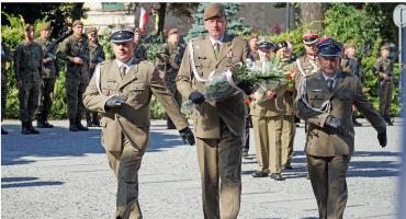 Kwiaty pod pomnikiem Żołnierzy 33 Pułku Piechoty [FOTO]