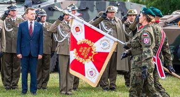 Sztandar Żelaznej Dywizji z herbem Łomży. 18 Pułk Logistyczny szuka żołnierzy [FOTO]