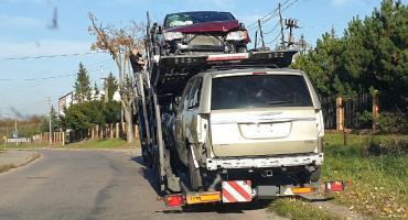 Złamany słup, zerwane przewody i uszkodzony pojazd [FOTO]