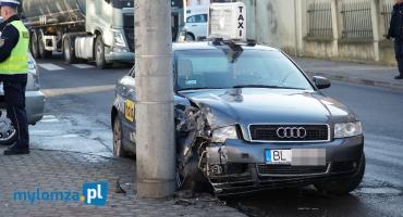Taksówka wbiła się w latarnię [FOTO]