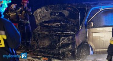 Nocny pożar volkswagena w Piątnicy [FOTO]