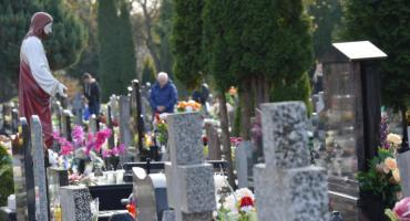 Tłumy na cmentarzu. Wszystkich Świętych w Pile [ZDJĘCIA]