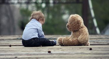 Skrzywdzone przez los dzieci czekają na opiekę. Potrzeba rodzin zastępczych