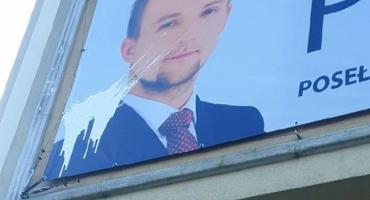 Polityczna farba? Ktoś uszkodził baner na biurze posła