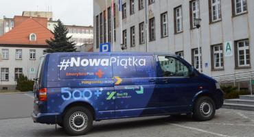 """Bus """"Nowej Piątki PiS"""" zaparkował w Pile"""