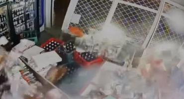 Staranowała autem witrynę sklepu i ukradła wódkę [VIDEO]