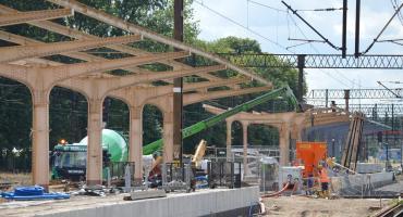 Trwa remont peronu i zabytkowej wiaty na pilskim dworcu PKP [ZDJĘCIA]