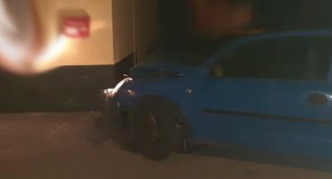 27-latka wjechała w budynek. Uciekała przed policją