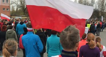 """""""Niepodległa do hymnu"""" w Pile. Kilkaset osób wspólnie śpiewało hymn [VIDEO]"""