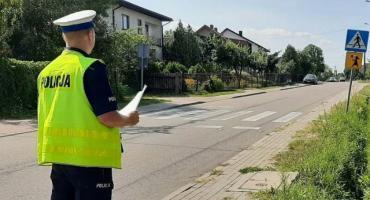 Policjanci sprawdzają oznakowanie przy szkołach i przedszkolach