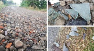 Szkło i metale na naprawionej drodze w gminie Maciejowice