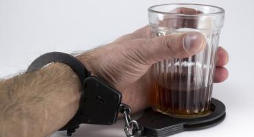 Ukradli butelkę wódki, bo chciało im się pić – włamywacze w rękach policji