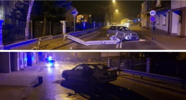 Wypadek na Długiej – bmw uszkodziło bariery i słup energetyczny