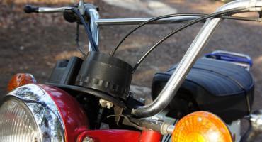 Zderzenie samochodu z motorowerem– w szpitalu 75-latek