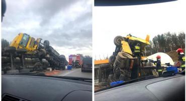 DK17 – przewróciła się ciężarówka z naczepą z mąką – ruch wahadłowy