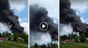 Pożar budynku gospodarczego – czarne kłęby dymu (video)