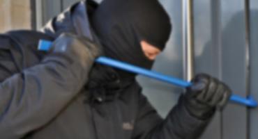 Włamywacz wszedł do domu, gdy jeden z domowników spał