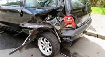 Wypadek – Kobieta uderzyła w zaparkowane samochody