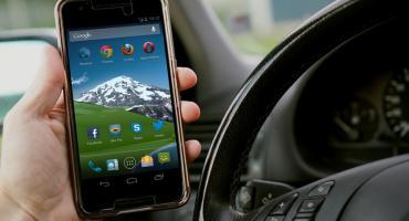Kierujesz i trzymasz telefon w ręku? Stwarzasz zagrożenie i ryzykujesz mandat i punkty