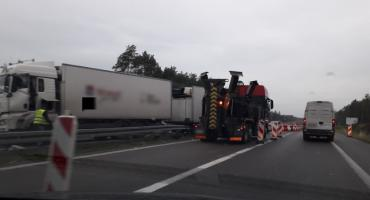 Kolizja na DK17 – Ciężarówka wjechała w pachołki, osobówka dostała rykoszetem