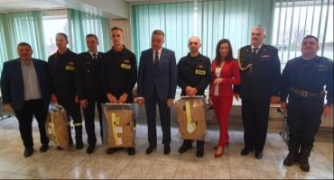 Zawodowi strażacy z nowymi mundurami bojowymi