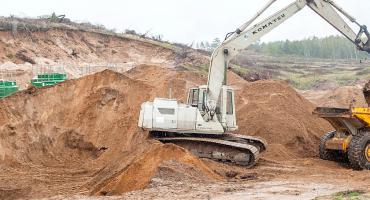 Zalewa wykopy pod rury w Sominach