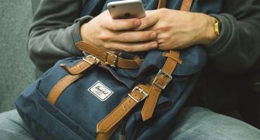 Męska torba na ramię - na jaką się zdecydować i do czego pasuje?