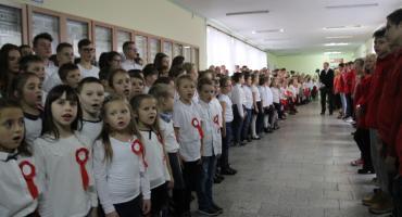 Tak śpiewano hymn w SP5 i innych szkołach