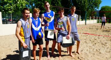Młodzież rywalizowała w siatkówkę na piasku