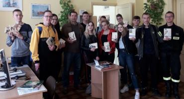 """Młodzi strażacy """"uwolnili"""" książki!"""