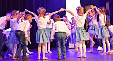 Ziemia Płońska Niepodległej – kujawiaka tańczą dzieci z Przedszkola Czas Dziecka w Płońsku